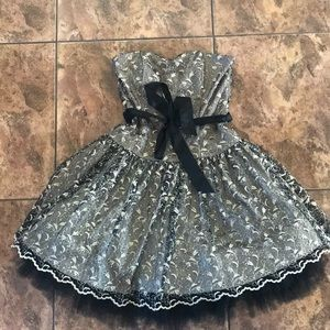 Dresses & Skirts - Ballerina-style formal dress with corset back